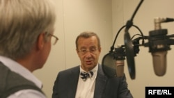 Estonian President Toomas Hendrik Ilves is interviewed by RFE/RL correspondent Charles Recknagel at Prague's new broadcast headquarters on May 12.