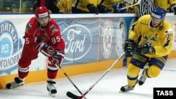 Возможно Алексею Морозову (слева) и его партнёрам предстоит, как и в финале Евротура, встреча с хоккеистами Швеции