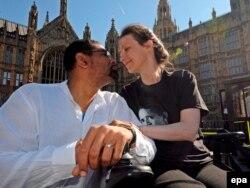 Британская гражданка Дебби Парди и ее муж Омар Пуэнте. В 2009 году Дебби, страдающая тяжелой болезнью, добилась разъяснения британского законодательства, чтобы узнать, будут ли преследовать ее мужа, если он поможет ей уйти из жизни за рубежом