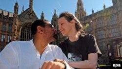 Больная рассеянным склерозом Дебби Пёрди (справа) теперь уверена: её муж (слева) не будет наказан за то, что поможет жене уйти из жизни