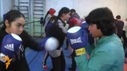 10 духтари пайрави Мавзуна Чориева дар майдони бокс