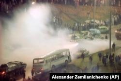Совет танкілері Литваның бас телеарнасын қоршай баррикада құрған көліктерді бұзып өтіп барады. Вильнюс, 12 қаңтар 1991 жыл.