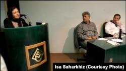 A file photo of Isa Saharkhiz (center) with Iranian Nobel Peace Prize winner Shirin Ebadi