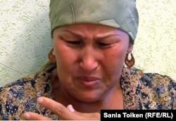 12 қыркүйекте Құлсарыдағы арнайы операция кезінде қаза болған Елеман Отарбаевтың анасы Бақсұлу Отарбаева. Атырау облысы, 14 қыркүйек 2012 жыл.
