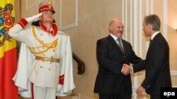 Аляксандар Лукашэнка вітаецца з малдоўскім прэм'ер-міністрам Малдовы Юрыем Лянкэ