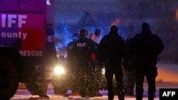 Полиция өкілдері атыс болған жерде қолға түскен күдіктіні әкетіп барады. Колорадо-Спрингс, АҚШ, 27 қараша 2015 жыл.