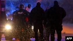 Полицеские арестовали устроившего стрельбу в городе Колорадо-Спрингс, 27 ноября 2015 года.