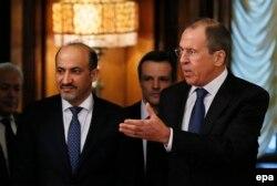 Министр иностранных дел России Сергей Лавров (справа) во время встречи с главой сирийской национальной коалиции Ахмадом аль-Джаброй (слева). Москва, 4 февраля 2014 года.