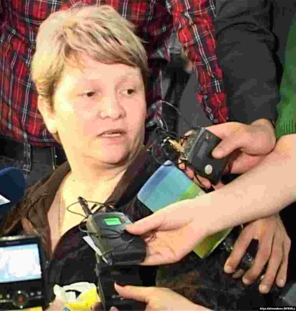 Военный прокурор Дастан Секенов утверждает, что Челах совершил преступления, среди которых называют убийство 15 человек, на «почве неприязненных отношений к сослуживцам». На фото: Светлана Ващенко, мать подсудимого солдата-пограничника Владислава Челаха. Талдыкорган, 19 ноября 2012 года.