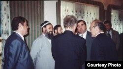Переговоры по урегулированию конфликта в Таджикистане, участником которых был и нынешний президент республики Эмомали Рахмон (четвертый слева).