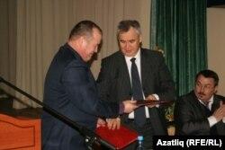 Нурулла Саттаров Фәйзулла Камаловка эш кәгазьләрен тапшыра