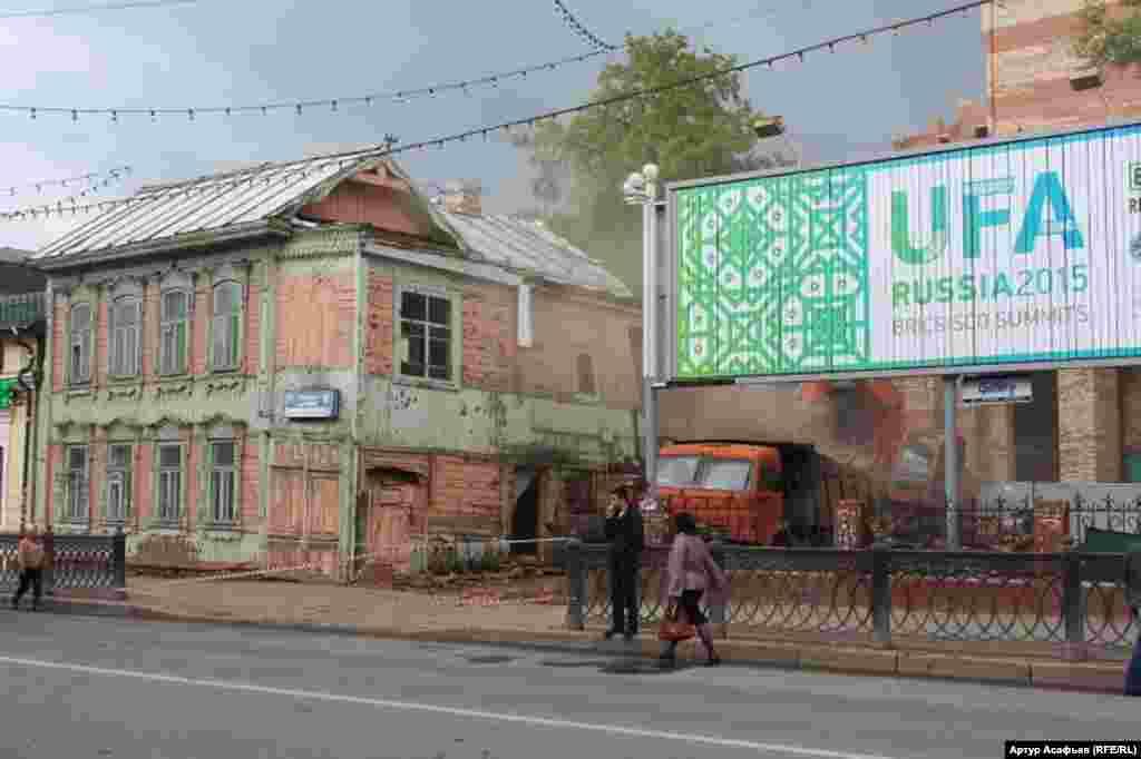 Уфаны «сәулеттендіру» барысында сүрілген қаладағы ескі көпес үйі. Мамыр, 2015 жыл.