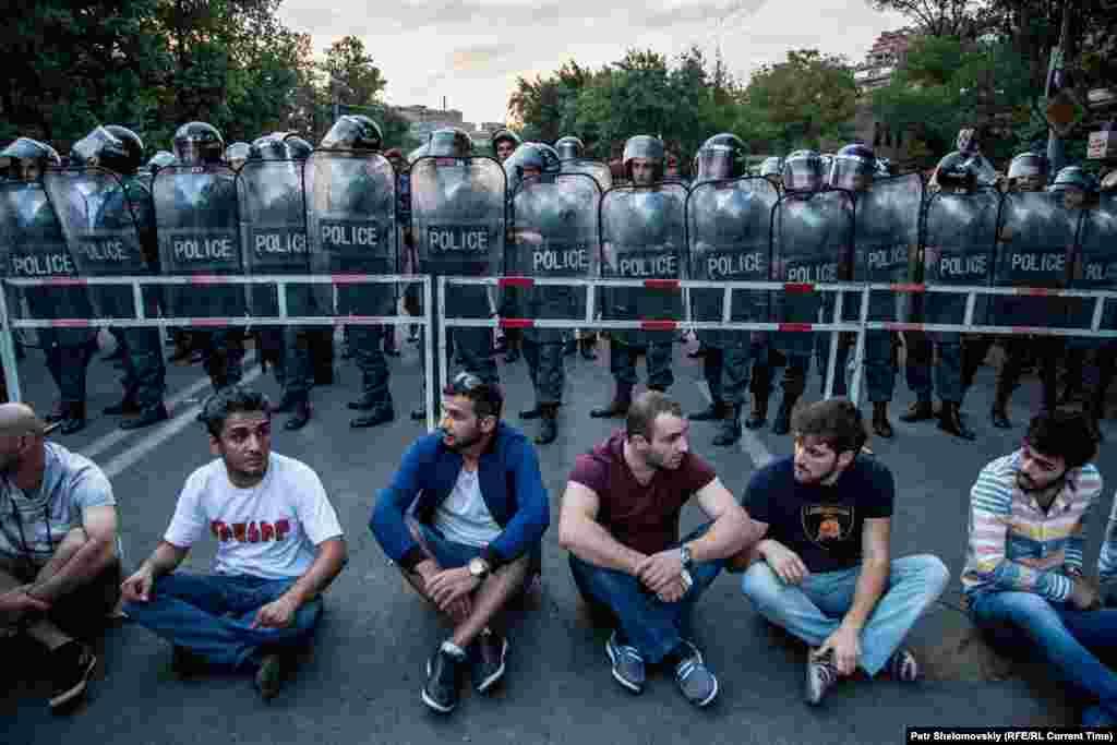 Фото от 26 июня, протестанты сидят перед кордоном полиции на проспекте Баграмяна