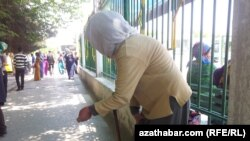 "Женщина просит милостыню на центральном рынке ""Теке базар"", Ашхабад"