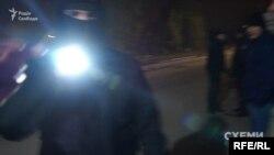 Охоронці Віктора Медведчука сліплять ліхтарем журналістів та камеру
