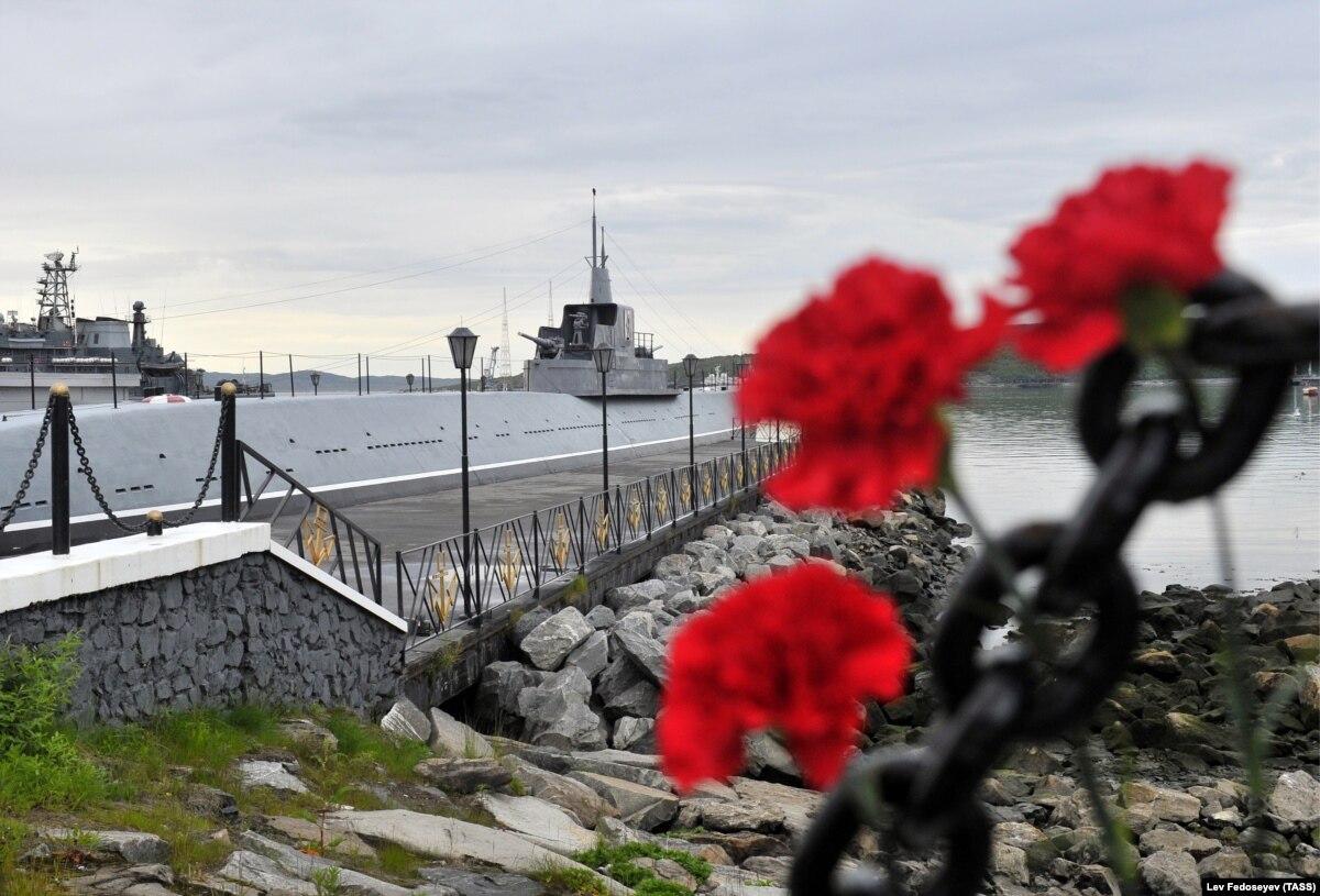 Министр обороны России заявил, что часть экипажа удалось спасти после пожара на подводной лодке