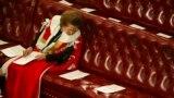 Баронеса Маргарет Тетчер у Палаті лордів у 2002 році читає порядок денний засідання в очікуванні промови королеви