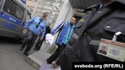 Футболки теж доставили на суд, 30 вересня 2013 року