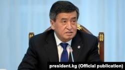 Қырғызстан президенті Сооронбай Жээнбеков БАҚ басшыларымен баспасөз конференциясында отыр. Бішкек, 6 наурыз 2018 жыл.