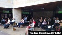 Преди постановката зрителите си говореха помежду си, а столовете бяха на разстояние един от друг