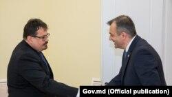 Șeful delegației Uniunii Europene, Peter Michalko, și prim-ministrul Republicii Moldova, Ion Chicu