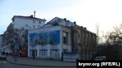 Здание бывшего римско-католического костела, в котором размещается неработающий кинотеатр «Дружба». Севастополь, март 2015 года.