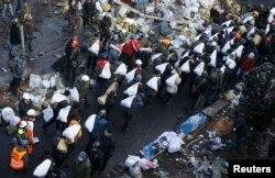 Учасники протесту укріплюють барикаду на Інститутській 20 лютого 2014 року