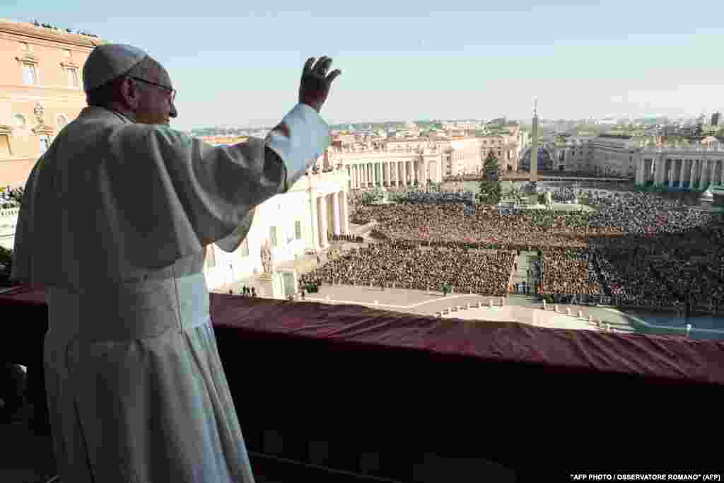 Pope Francis addresses a huge crowd in the Vatican during his annual Christmas speech on December 25. (AFP)