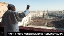 Папа римский Франциск обращается с Рождественским посланием