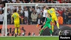 Футболіст німецької збірної Шкодран Мустафі забиває гол у ворота українців, 12 червня 2016 року