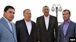 Түркмөн президенти Г.Бердымухамедов, казак президенти Нурсултан Назарбаев, азери президенти Илхам Алиев жана орус президенти Дмитрий Медведев Ак-Тоо шаарына чогулушту. 2009-жылдын 11-сентябры.