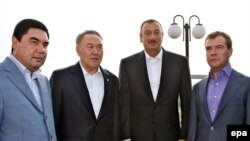 Prezidentler Gurbanguly Berdimuhamedow (çepde), Nursoltan Nazarbaýew (çepden ikinji), Ilham Aliýew (sagdan ikinji) we Dmitriý Medwedew Hazaryň kenaryndaky Aktauda, 11-nji sentýabr 2009.
