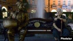Գարսեւանին մարմնավորող Մհեր Մկրտչյանի արձանը Երեւանի Շառլ Ազնավուրի հրապարակում