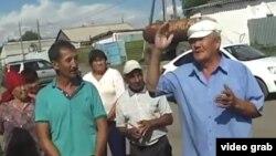 Жители села Мамырсу выражают возмущение действиями полиции, открывшей огонь по преследуемому ею автомобилю. Скриншот видео.