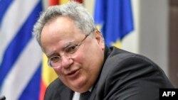 Грчкиот министер за надворешни работи Никос Коѕијас при последната посета на Скопје на 23 март, годинава
