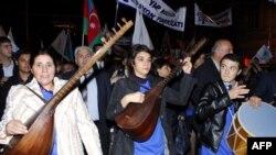 Сторонники президента Ильхама Алиева празднуют победу на выборах своего кандидата