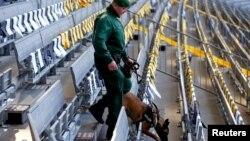 Мюнхен стадионында жарылғыш зат бар-жоғын тексеріп жүрген полицей. Германия, 29 наурыз 2016 жыл (Көрнекі сурет).