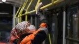 Співробітниця тролейбусного парку миє лобове скло