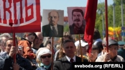 Жеңіс күні мейрамында шеруге шыққандар совет мемлекетінің басшылары Ленин мен Сталин суреттерін ұстап тұр. Минск, 9 мамыр 2012 жыл.