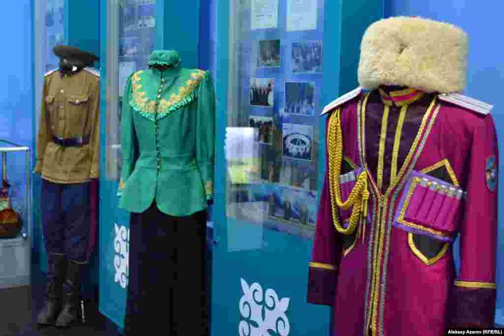 Здесь выставлено несколько образцов реконструированной одежды семиреченских казаков – мужской и женской.