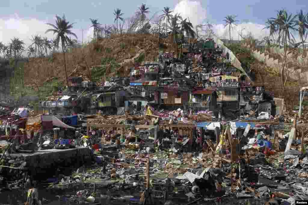 خانههای کنار ساحل؛ هنوز به برخی از سانحهدیدگان در سواحل مختلف فیلیپین دسترسی صورت نگرفته است.