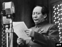 Мао Цзедун Қытай халық республикасы құрылғанын жариялап тұр. 1 қазан 1949 жыл.