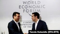 Zoran Zaev (majtas) dhe Alexis Tsipras gjatë takimit të tyre në Davos të Zvicrës para tri ditësh