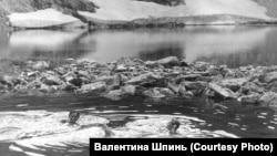 Участники экспедиции Петра Шпиня купаются в горном озере
