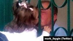 Ильми Умеров встречается с внучкой в психиатрической клинике в Симферополе
