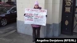 Учитель начальных классов Мария Гуриева стоит в пикете у московской мэрии