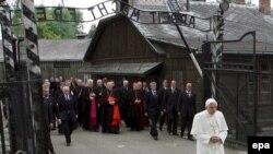 Папа-немец вслед за папой-поляком призывает к прошению и покаянию. Бенедикт XVI в Освенциме. Май 2006 года