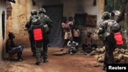 نیروهای فرانسوی در یکی از روستاهای جمهوری آفریقای مرکزی