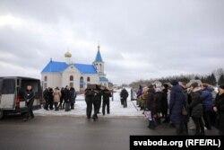 Каля царквы ў вёсцы Шашкі, дзе пахавалі настаўніцу