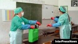 Процесс дезинфекции в школе